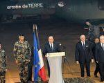 法国总统奥朗德与外交部长法比尤斯于12月10日突访驻扎中非的法军。(SIA KAMBOU/AFP/Getty Images)