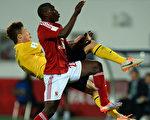 廣州恆大以2:0戰勝非洲冠軍阿爾阿赫利,晉級世俱盃半決賽。圖為雙方拼搶瞬間。(By: Lars Baron/Getty Images)