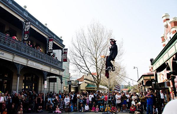 澳洲西部的街頭海盜表演吸引了當地的市民(林文責/大紀元)