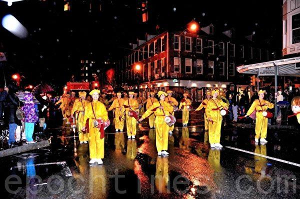 圖:由法輪功學員組成的中國腰鼓隊已連續多年受邀參加傳統聖誕遊行,已成為遊行中的一道亮麗的風景。(良克霖/大紀元)