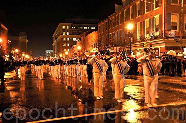 圖:在風雨中行進的中學生軍樂隊格外引人注目。(良克霖/大紀元)