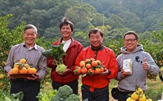 记者会来宾展示西湖乡农特产。(右2为乡长李文林)(许享富 /大纪元)
