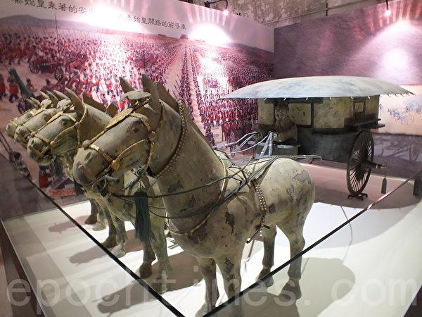 """拥有""""青铜之冠""""美称的秦陵铜车马,展现秦朝大国,战马雄赳赳、气昂昂的气势,精湛的工艺以精准造型、华丽装备、完备驾驭工具著称,这次也登台展出。(黄玉燕/大纪元)"""