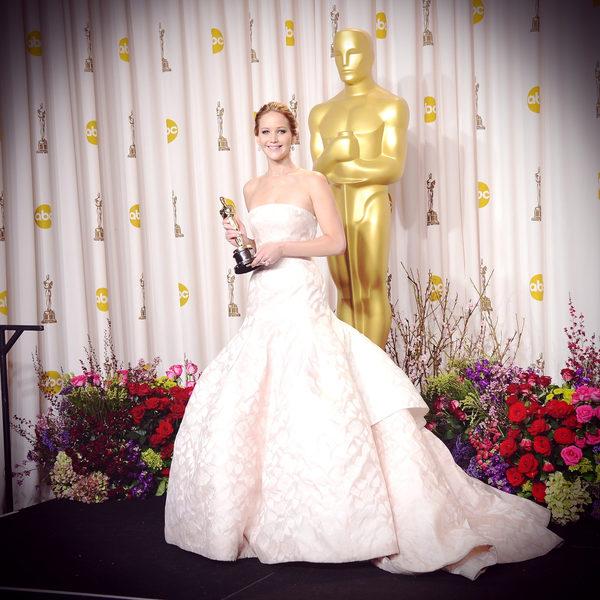 22歲的好萊塢女星詹妮弗•勞倫斯憑藉《烏雲背後的幸福線》獲得奧斯卡最佳女演員奬,成為奧斯卡史上首位90後影后。(Jason Merritt/Getty Images)