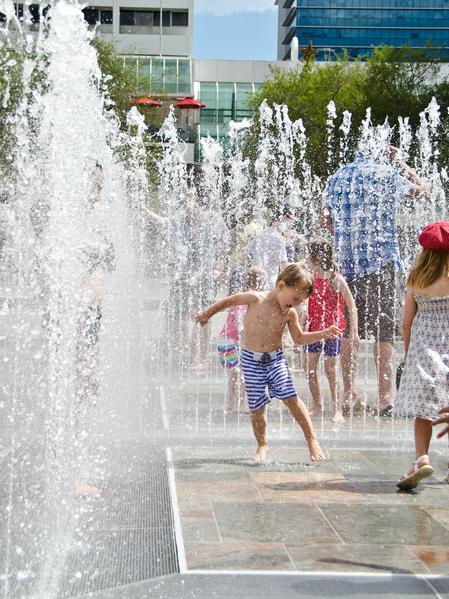 澳洲西部的孩子在炎熱天裡找涼爽(林文責/大紀元)
