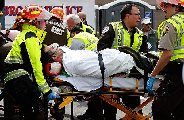 今年4月,美国波士顿在举行马拉松赛中发生两起连环爆炸的恐怖事件,致3人死亡,260多人受伤。  (im Rogash/Getty Images)