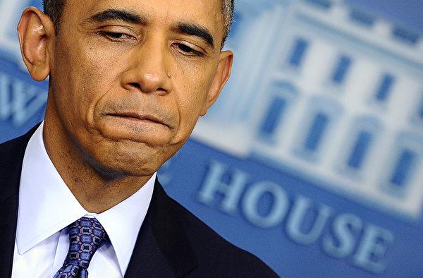 由于美国经济复苏缓慢,举债上限危机,以及削减巨额政府开支,导致国会两党分歧加剧,美联邦政府为此关门16天。与此同时,奥巴马健保法出师不利,国内批评声不绝,令奥巴马政府声誉受损。(JEWEL SAMAD/AFP/Getty Images)