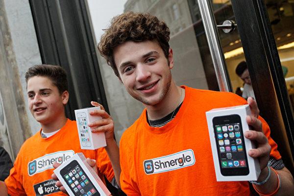 在第一时间内,智能手机、平板电脑和社交媒体在信息快速传递上扮演了至关重要的角色。2013年,移动技术如火如荼,电子产品大潮汹涌,竞争异常激烈。 (Mary Turner/Getty Images)