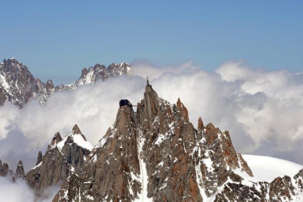 南针峰峰顶设有科学观测站。(JEAN-PIERRE CLATOT/ AFP)