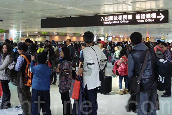 中華民國交通部觀光局5月19日公布今年4月來台觀光人數超過92萬人,來台旅客正成長1.81%,其中港澳旅客人數達19萬,較去年多出8萬多人,比去年同期成長72.32%。(大紀元資料庫)