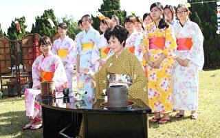 日本表千家流派香本京子老師親自示範傳統日本茶道之儀式。 (蘇泰安/大紀元)