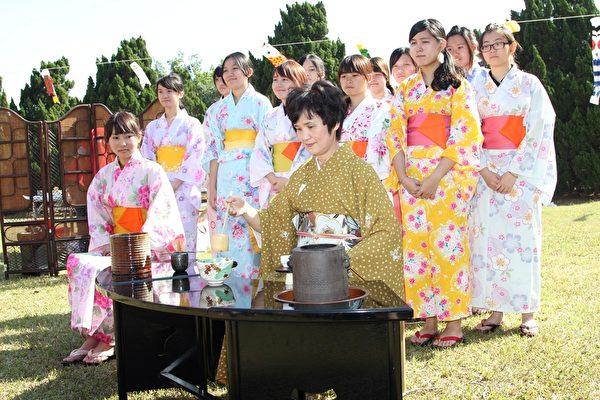 日本表千家流派香本京子老师亲自示范传统日本茶道之仪式。 (苏泰安/大纪元)