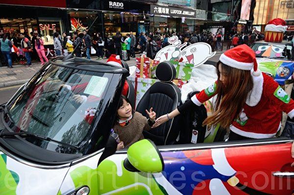 2013年圣诞节将到,香港各大商场装扮了起来——巨型的圣诞树、色彩缤纷的灯光,各种大小商场也应节推出购物折扣优惠,也吸引许多中港台游客来购物。(宋祥龙/大纪元)