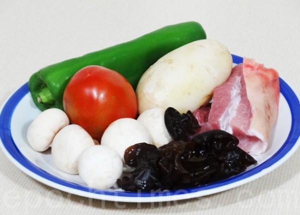 五花肉、土豆、青椒、番茄、蘑菇、木耳是东北乱炖的常见食材。(摄影:彩霞/大纪元)