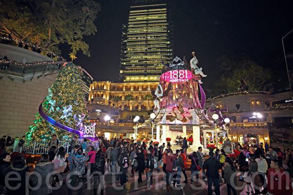 2013香港圣诞节热闹非凡,各大商场各出奇招精心装饰,吸引大批市民和游客观赏,尖沙咀的以小天使为主体。(潘在殊/大纪元)