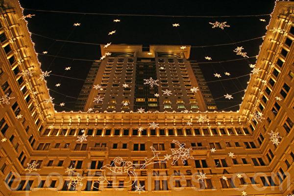 2013香港圣诞节热闹非凡,各大商场各出奇招精心装饰,吸引大批市民和游客观赏,世界著名的百年半岛酒店以飞雪圣诞为主题。(潘在殊/大纪元)