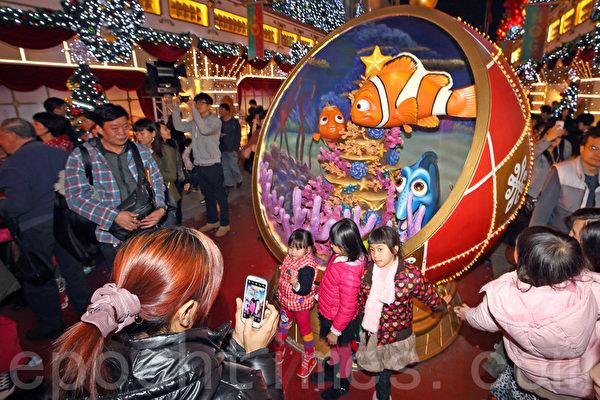 2013香港圣诞节热闹非凡,各大商场各出奇招精心装饰,吸引大批市民和游客观赏,尖沙咀的海港城以迪士尼乐园为主体。(潘在殊/大纪元)