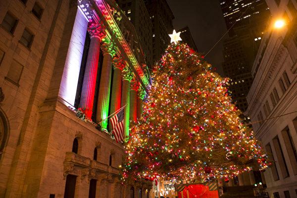 纽约华尔街纽约证券交易所的圣诞树。(戴兵/大纪元)