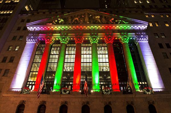 纽约华尔街纽约证券交易所的圣诞灯饰。(戴兵/大纪元)