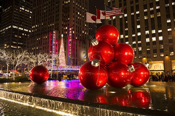 纽约第六大道旁精美的圣诞装饰。(戴兵/大纪元)