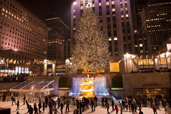 纽约洛克菲勒中心巨大的圣诞树(戴兵/大纪元)