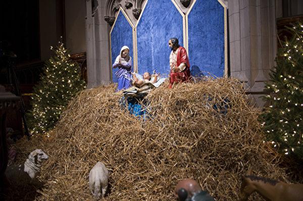 纽约浪漫圣诞夜,位于华尔街的Trinity Church教堂的圣诞装饰。(戴兵/大纪元)