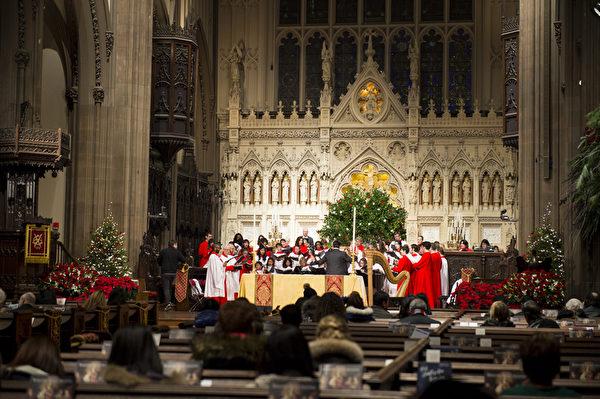 纽约浪漫圣诞夜,位于华尔街的Trinity Church教堂,唱诗班正在表演圣诞歌曲。(戴兵/大纪元)