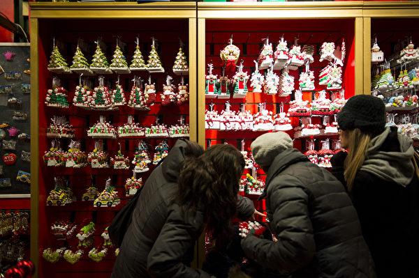纽约浪漫圣诞夜,人们购买圣诞礼物。(戴兵/大纪元)