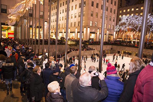 纽约浪漫圣诞夜,洛克菲勒中心人如潮涌。(戴兵/大纪元)