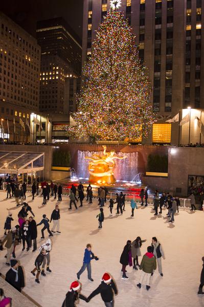 纽约浪漫圣诞夜,洛克菲勒中心溜冰场。(戴兵/大纪元)