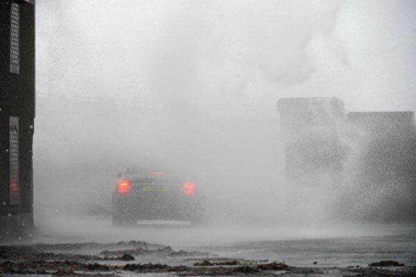 狂风暴雨恶劣天气继续骚扰英国,不仅打乱数千人的圣诞节假期,还约有13万家庭电力中断。(Jeff J Mitchell/Getty Images)