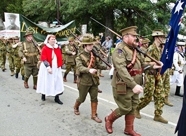 澳洲配斯市老兵節裡示隨軍傳教「嬤嬤」(林文責/大紀元)
