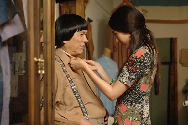 豬哥亮在電影《大稻埕》首次挑戰感情戲,加上又與隋棠(右)配對,讓該片預告噱頭十足。(海鵬提供)