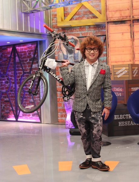 為了支持公益拍賣,納豆捐出第一台腳踏車。(超視提供)