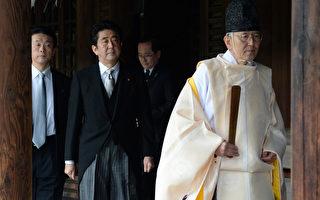 日本首相安倍晋三(左2)26日前往靖国神社参拜。(AFP)