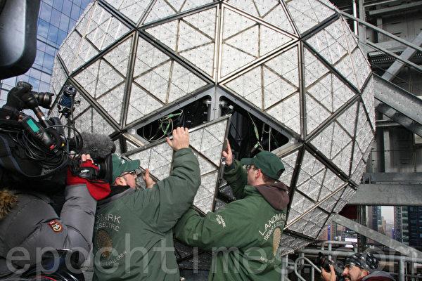 LandMark Signs公司员工正在安装水晶球。(摄影:王依澜/大纪元)
