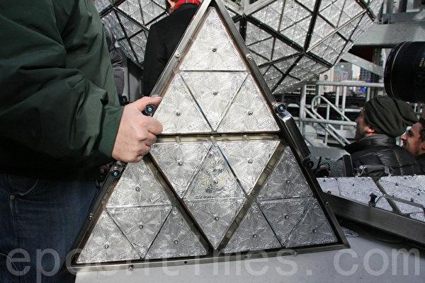 LandMark Signs公司员工展示安装好的三角形水晶板。(摄影:王依澜/大纪元)