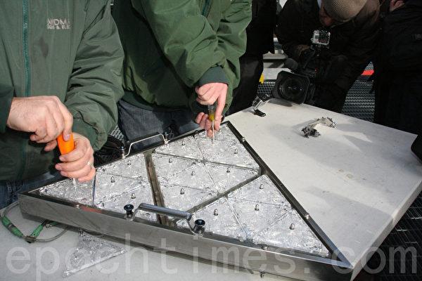 LandMark Signs公司员工正在安装三角形水晶板。(摄影:王依澜/大纪元)