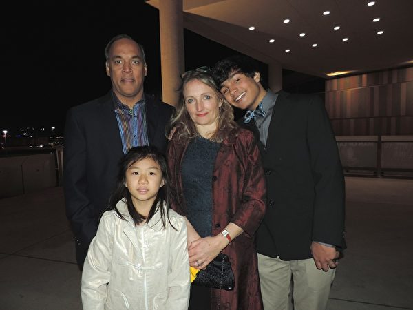 Bryon Bhagwandin先生是一家生物医药公司总裁,看神韵演出是他与妻子送给来自中国的领养女儿的生日礼物。当晚神韵演出的超凡脱俗令一家人喜出望外。(李宇微/大纪元)