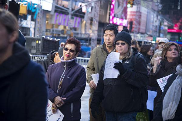 2013年12月28日,纽约时代广场,民众排队等待将写在纸上的不好回忆扔进碎纸机。(戴兵/大纪元)