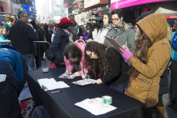 2013年12月28日,纽约,民众踊跃参加大扫除日(good riddance day)的活动。(戴兵/大纪元)