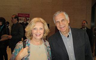 前惠普公司主管Ronald Kasik先生稱讚觀看神韻是一次美妙的文化之旅。(鐘心萍/大紀元)