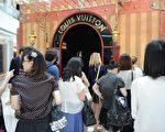 越来越多中国人到海外购物,买走了全球近一半的奢侈品,每年造访纽约伍德伯里购物中心的中国游客购买力惊人。(PETER PARKS/AFP/Getty Images)