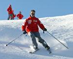 舒马赫2013年12月29日在法国滑雪出事,脑部受伤,当天就做了手术,但当晚他陷入昏迷。他是滑雪健将,此图摄于2005年。(STR/AFP/Getty Images)