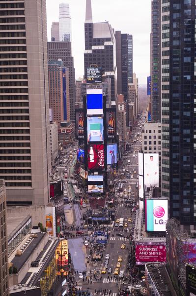 纽约新年水晶球准备就绪,从水晶球升起的地方俯瞰时报广场。(戴兵/大纪元)
