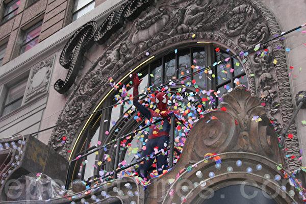 新年前夜的官方英雄蜘蛛俠現身時代廣場的Hard Rock Cafe 測試新年前夜的彩紙拋灑。(攝影:王依瀾/大紀元)