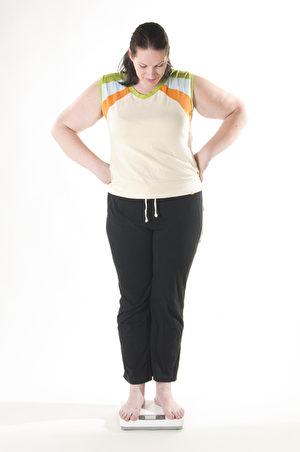 胖女人在量体重,肥胖,减肥(图片来源:Fotolia)
