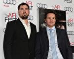 2013年11月12日,《孤独的幸存者》人物原型、海豹突击队员马库斯•鲁特埃勒(左)与主演马克•沃尔伯格一同参加影片首映式。(Alberto E. Rodriguez/Getty Images for AFI)