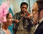 《为奴十二年》(12 Years A Slave,又译:自由之心)剧照。奇维托•艾吉佛扮演被贩卖为奴的有文化的自由黑人。(威视提供)