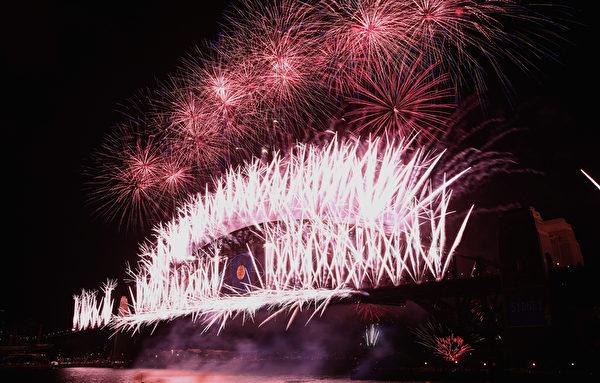 2014年1月1日,澳洲悉尼海港大桥施放烟火迎接新年,烟花照亮了整个天空。(Joosep Martinson/Getty Images)